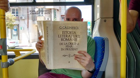 lendo-livro-onibus-03-450x253