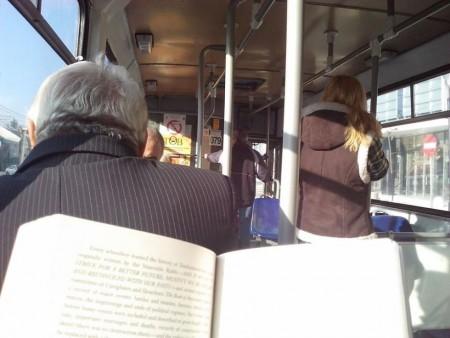 lendo-livro-onibus-04-450x338