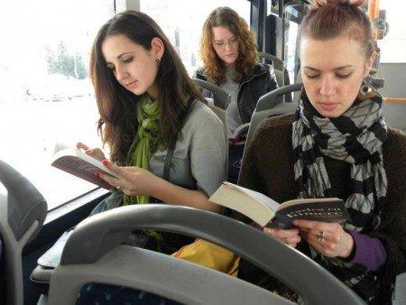 lendo-livro-onibus-450x338